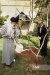 کاشت نهال توسط رهبر انقلاب در روز درختکاری4