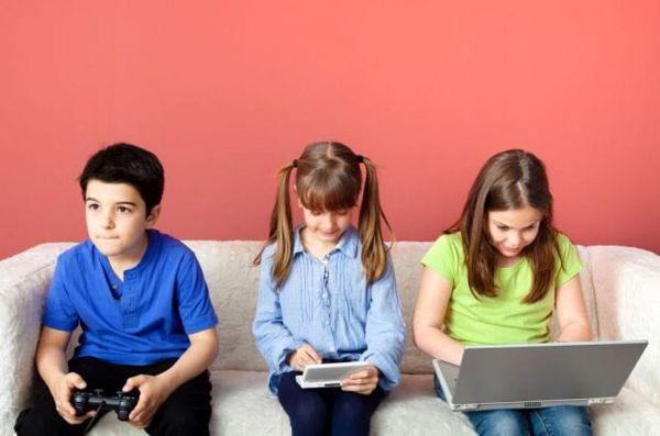 رابطه کودکان با گوشی تلفن