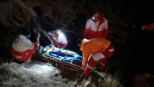۲ مصدوم در پی سقوط کامیون به دره در گلستان