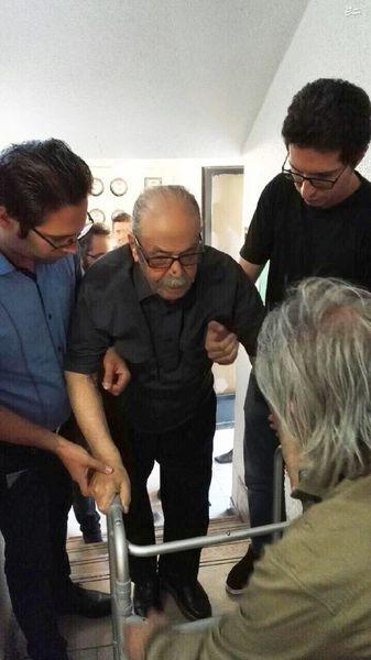 عکس/ حضور محمد علی کشاورز در منزل مرحوم رشیدی
