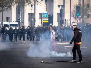 فیلم/ گاز اشکآور در چشم پلیس فرانسه