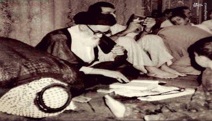 تصویر ویژه از حضور امام خمینی در حرم امام علی(ع)