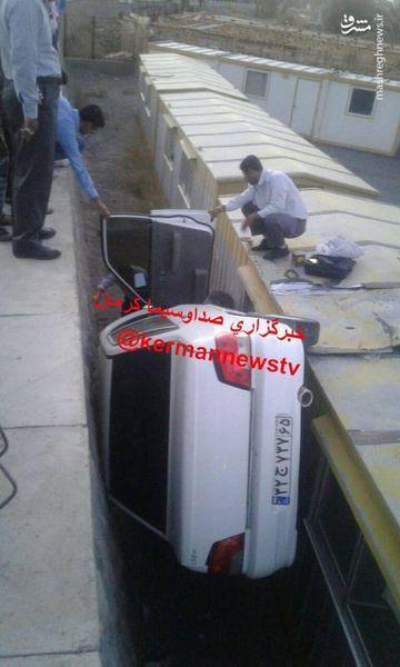 عکس/ سقوط خودرو پراید به درون چاله
