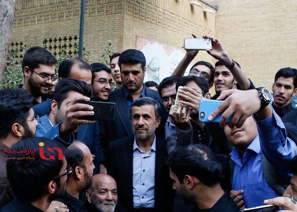 سلفی ها با احمدی نژاد در حاشیه یک مراسم