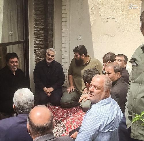 عکس/ حاج قاسم سلیمانی در منزل شهید ناظری