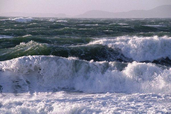 ارتفاع امواج دریای خزر در گلستان به ۱.۵ متر میرسد