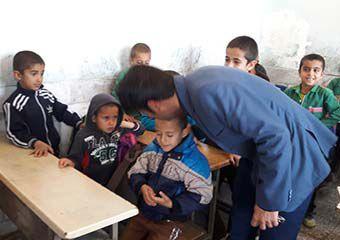 بوسه رئیس آموزش و پرورش و معلم چاروسایی بر دستان تاول زده نیما اکرمی + تصاویر