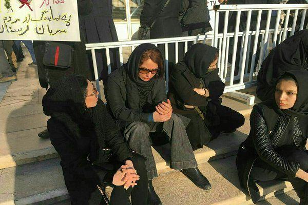 حضور مهناز افشار در مراسم وداع با آتش نشانان شهید+عکس