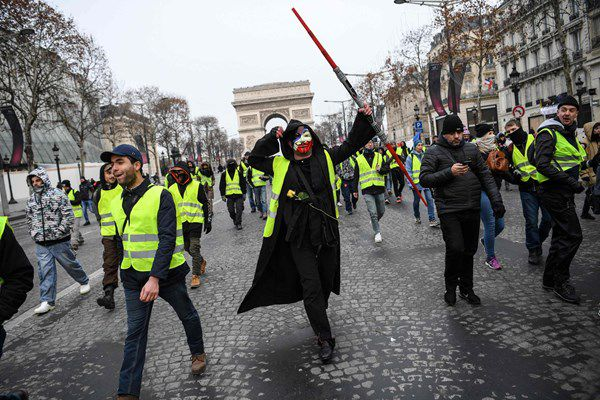 فیلم/ فرانسویهای معترض در خیابانهای پاریس