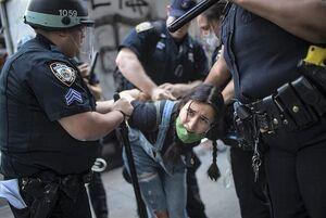 فیلم/ زن گرفتار در دستان پلیس آمریکا