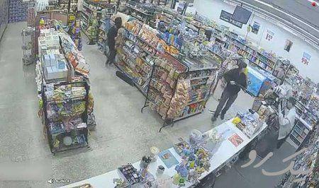 فیلم/وقتی دزدها به کمک صاحب مغازه میآیند!