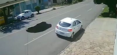 فیلم/ سقوط خودرو به داخل گودال