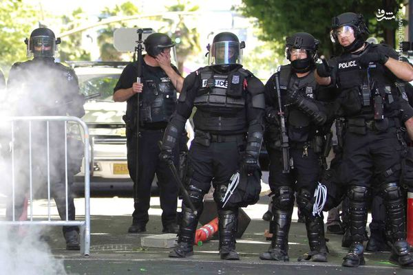 فیلم/ اضافه شدن پلیس به درگیری موافقان ومخالفان ترامپ!