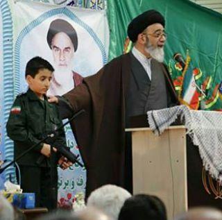 محافظت از یک امام جمعه با اسلحههای پلاستیکی+تصویر