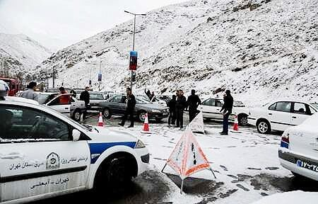 پلیس از تردد خودروهای فاقد زنجیر چرخ در محورهای کوهستانی جلوگیری می کند