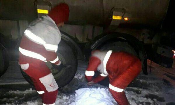 امدادرسانی به ۳۸ خانوار گرفتار در برف و کولاک جاده های گلستان