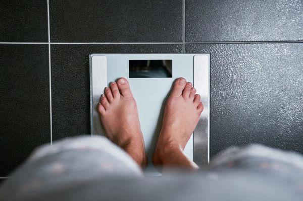 ۷ نشانه هشدار دهندهای که خبر از افزایش وزن میدهند