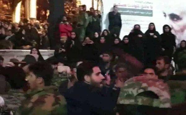 فیلم/ نوحهخوانی جوانان کرمانی کنار مزار حاج قاسم