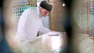 غبارروبی مضجع مطهر حضرت امام رضا (ع) توسط رهبر انقلاب